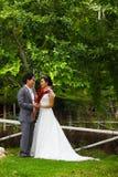 Eben verheiratetes Paar im Park Lizenzfreies Stockfoto