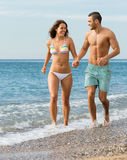 Eben verheiratetes Paar am Strand Lizenzfreies Stockfoto