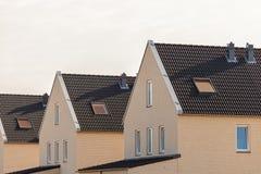 Eben zeitgenössische Häuser der Gestalt in den Niederlanden Stockbild