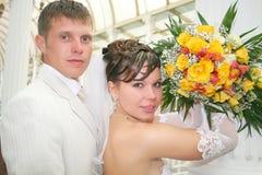Eben zusammen geheiratet in einer Fotohaltung Lizenzfreie Stockfotografie