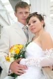 Eben zusammen geheiratet in einer Fotohaltung Lizenzfreies Stockfoto