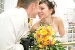 Eben zusammen geheiratet in einer Fotohaltung lizenzfreie stockfotos