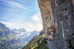 Ebenalp με το διάσημο πανδοχείο Aescher, Ελβετία απότομων βράχων του Στοκ Φωτογραφία