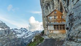 Ebenalp avec sa falaise et auberge célèbres Aescher de Gasthaus photo stock