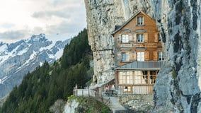 Ebenalp med dess berömda klippa och Gasthaus gästgivargård Aescher royaltyfri fotografi