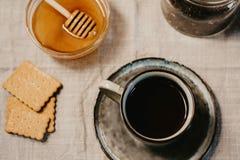 Ebene gelegte Draufsicht einer Schale Teegebäckplätzchen Honigs und te stockfoto