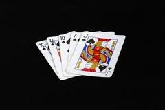 Ebene Pokerkombination auf einem schwarzen Hintergrund Lizenzfreie Stockfotografie