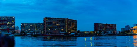 Ebenen der Nachtszene 1004 auf dem Nebenfluss Lagos Nigeria mit fünf Kaurischnecken lizenzfreie stockfotos