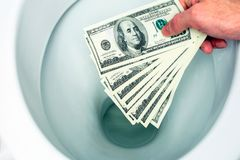 Ebenes Geld hinunter die Toilette stockfoto