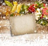Ebereschenniederlassung auf dem schneebedeckten hölzernen Hintergrund Stockfotos