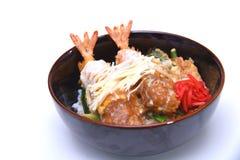 Ebi a fait frire mettent le bol de riz cuit à la friteuse par Japonais de crevette rose d'isolement dessus Photographie stock