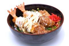 Ebi a fait frire mettent le bol de riz cuit à la friteuse par Japonais de crevette rose dessus Images stock
