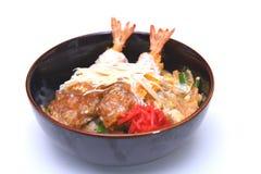 Ebi Smażył wykładowcy japończyka krewetki głęboko smażącego ryżowego puchar odizolowywającego dalej Zdjęcie Stock
