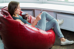 读ebook的妇女 免版税图库摄影