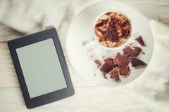 Ebook και ένα φλυτζάνι του καυτού κακάου στοκ φωτογραφία με δικαίωμα ελεύθερης χρήσης