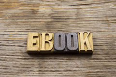 EBook σε ξύλινο που στοιχειοθετείται σε ένα αγροτικό υπόβαθρο στοκ εικόνα