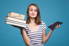 Ebook против книги Стоковое Изображение RF