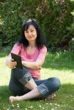 Ebook чтения женщины Стоковые Изображения