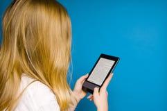 чтение ebook Стоковое Изображение
