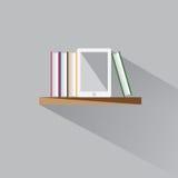 EBook auf einem Regal Lizenzfreies Stockbild