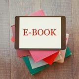 EBook biblioteczny pojęcie z cyfrową pastylką i książkami Obrazy Royalty Free