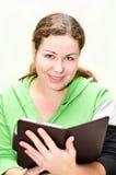 Ebook bonito da terra arrendada da menina nas mãos Imagem de Stock Royalty Free