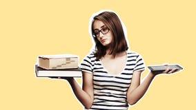Ebook contra o livro foto de stock royalty free