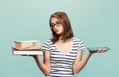 Ebook contra o livro imagens de stock