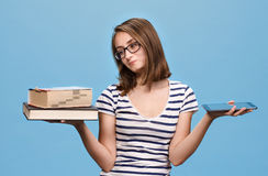 Ebook contra o livro fotografia de stock