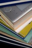 EBook czytelnik na górze sterty książki w bibliotece Zdjęcia Stock