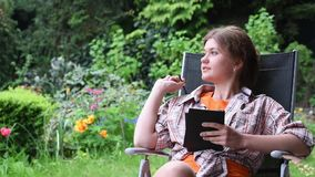 Ebook de lecture de femme banque de vidéos