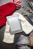 EBook die op de witte handschoenen liggen, alsof liggend in de handen van de persoon royalty-vrije stock foto's
