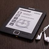 EBook Digma και ακουστικά στον πίνακα στοκ φωτογραφίες με δικαίωμα ελεύθερης χρήσης