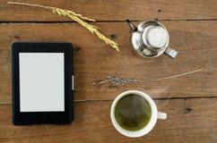 EBook, E-Leser mit heißem grünem Tee lizenzfreie stockfotos