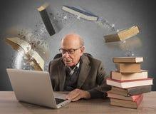 Ebook för åldrig man royaltyfri bild