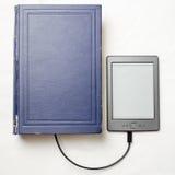 EBook förband till den gamla tjocka blåa boken med en kabel Royaltyfri Bild