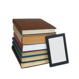 EBook i stället för högen av böcker royaltyfria foton