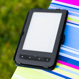 EBook-Leser auf dem Stuhl lizenzfreie stockfotos