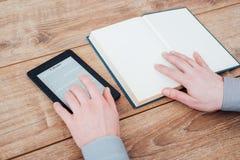 EBook-Leser auf einem Holztisch mit Buch stockfotografie