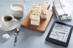 EBook-Leser auf einem Holztisch mit Text LESUNG IST EIN VERGNÜGEN lizenzfreies stockfoto