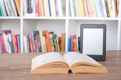 EBook-Leser auf einem Stapel Büchern stockfotografie