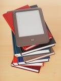 EBook-Leser auf Stapel von Büchern lizenzfreie stockfotografie