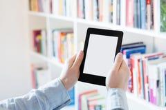 EBook-Leser in den Händen in einer Buchhandlung stockbild
