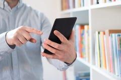 EBook-Leser in den Händen in einer Buchhandlung lizenzfreie stockbilder