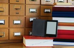 Ebook-Leser in Front Library Catalogue - neue Technologie-Konzept stockfotografie