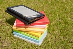 Ebook Leser mit einem Stapel Büchern stockfotos
