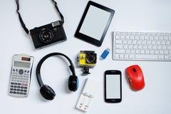 EBook-Leser mit Handys, Kamera, Tastatur, Maus und grellen Antrieben USB auf wei?em Hintergrund benutzte moderne Ger?te oder Elek stockfoto