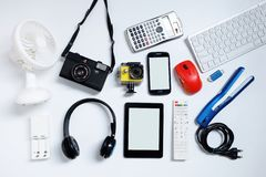 EBook-Leser mit Handys, Kamera, Tastatur, Maus und grellen Antrieben USB auf wei?em Hintergrund benutzte moderne Ger?te oder Elek stockbilder