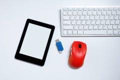 EBook-Leser mit leerem Bildschirm und Tastatur und Maus und grelle Antriebe USB auf wei?em Hintergrund verwendete moderne Ger?te  stockbilder