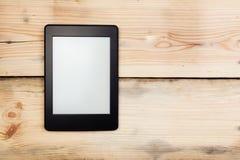 EBook-Leser oder Tabletten-PC auf Holz lizenzfreie stockfotos
